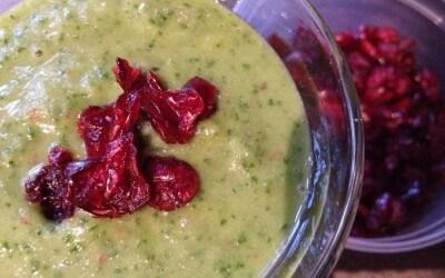 Groene smoothie met boerenkool, peer en cranberries