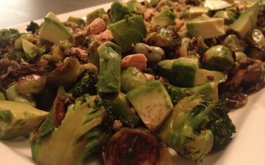 Groene salade met spruiten, avocado en broccoli