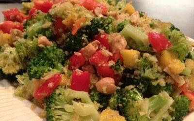 Thaise broccoli salade met mango, paprika en cashews
