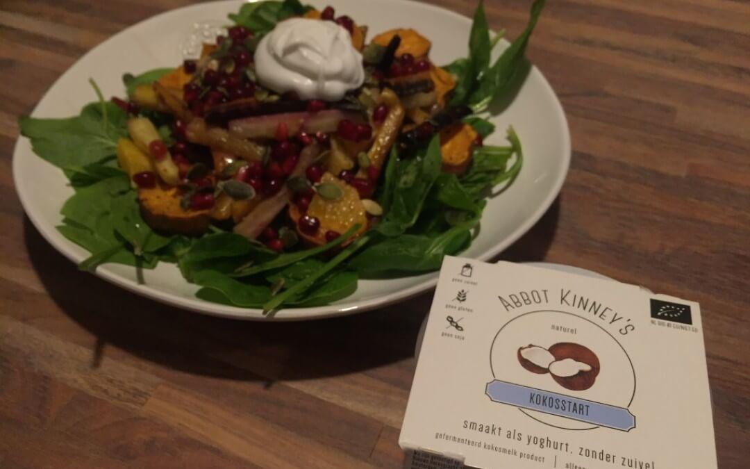 Salade met wortel, zoete aardappel, spinazie en kokosyoghurt