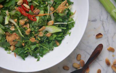 Bleekselderij & boerenkoolsalade met pittige pindadressing