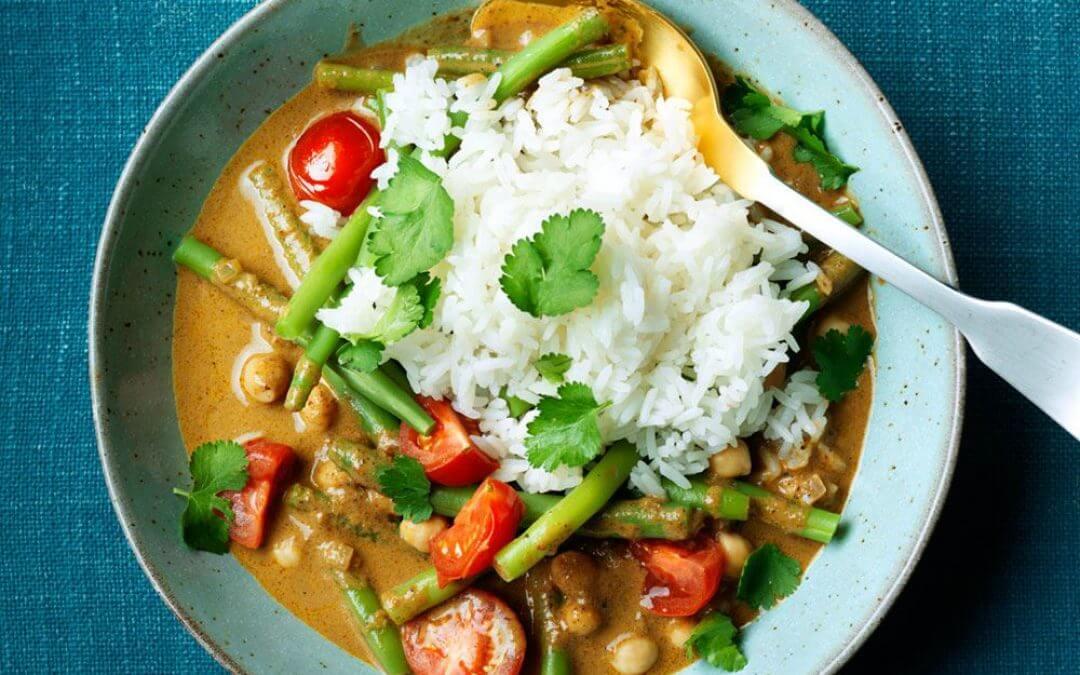 Vegetarische gele curry met kikkererwten