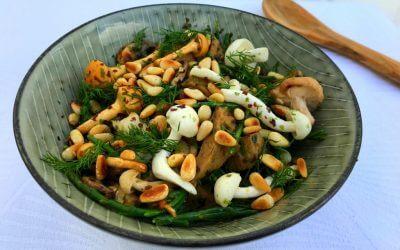 Zilte salade met seitan, paddenstoelen en zeekraal