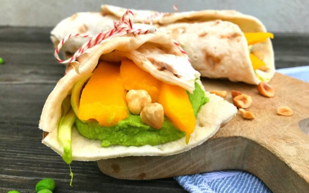 Glutenvrije picknick wrap met doperwten spread, courgette en mango