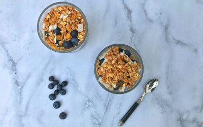 Chia-kokospudding met blauwe bessen en ontbijtgranen