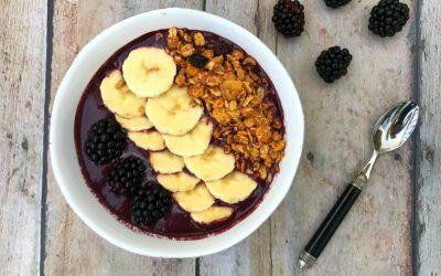 Acai bowl met banaan, bramen en ontbijtgranen