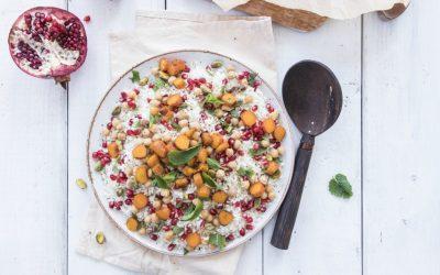 Bloemkoolrijst met wortel, munt, granaatappelpitjes en pistache