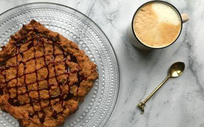 Vegan 'boter'koek met banaan, dadels en pecan